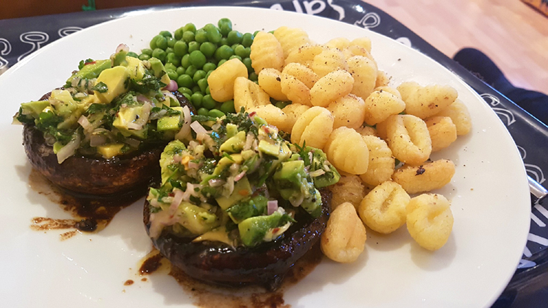 mushroom-steaks-roasties.jpg.3ea22abc2acca311a01ec61a5bfa1090.jpg